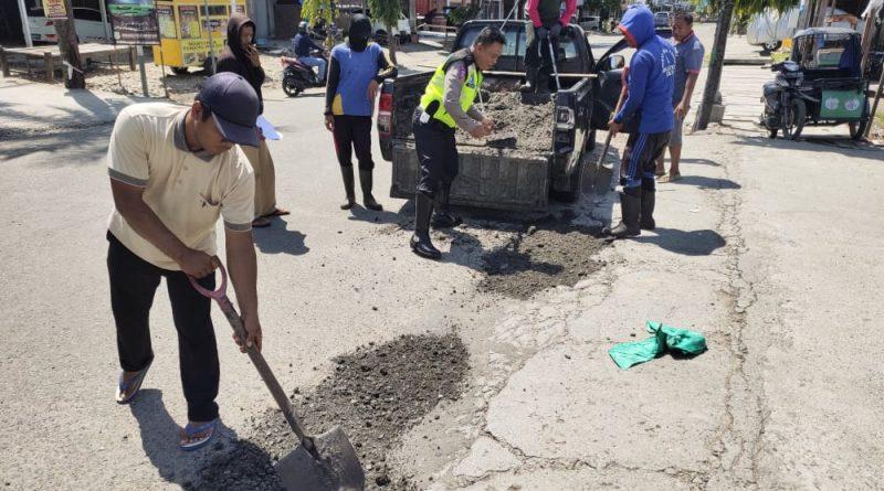 Agar Aman Dilalui Masyarakat, Satlantas Polres Sidrap Ikut Perbaiki Jalan